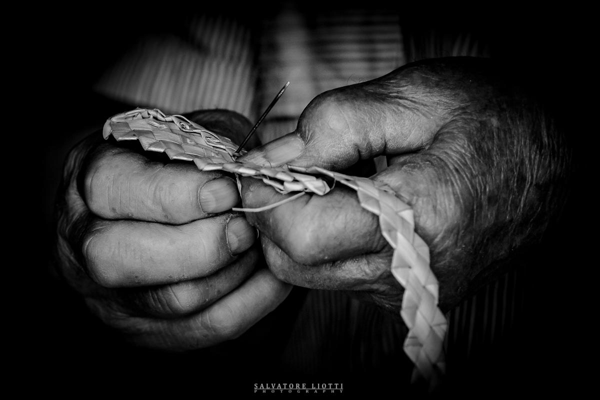 mani cuciono una treccia di paglia
