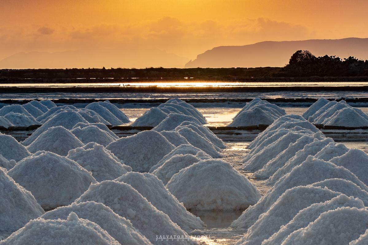 mucchi di sale al tramonto