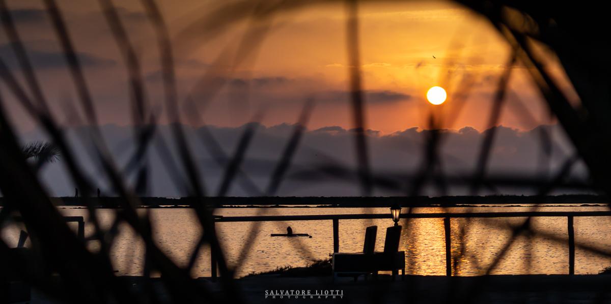 tramonto dai colori vividi presso delle saline