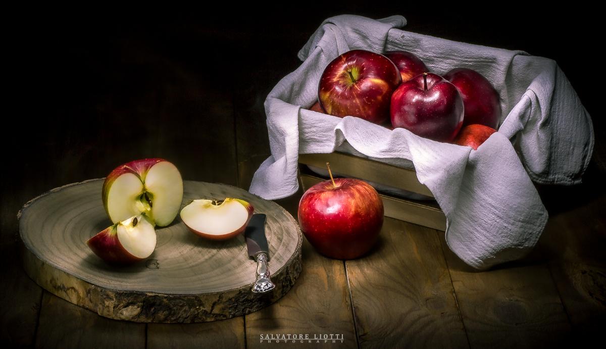 composizione artistica con mele e oggetti legno invecchiato