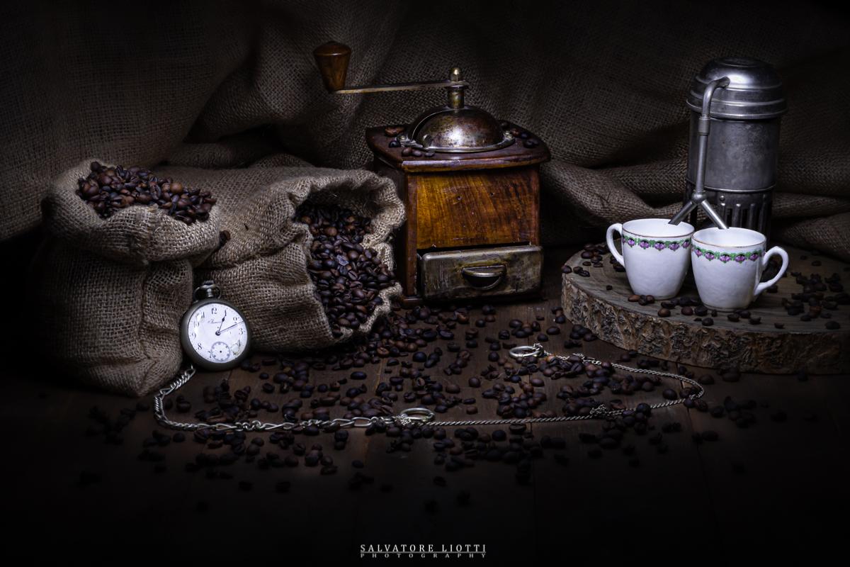 set artistico con oggetti antichi da caffè