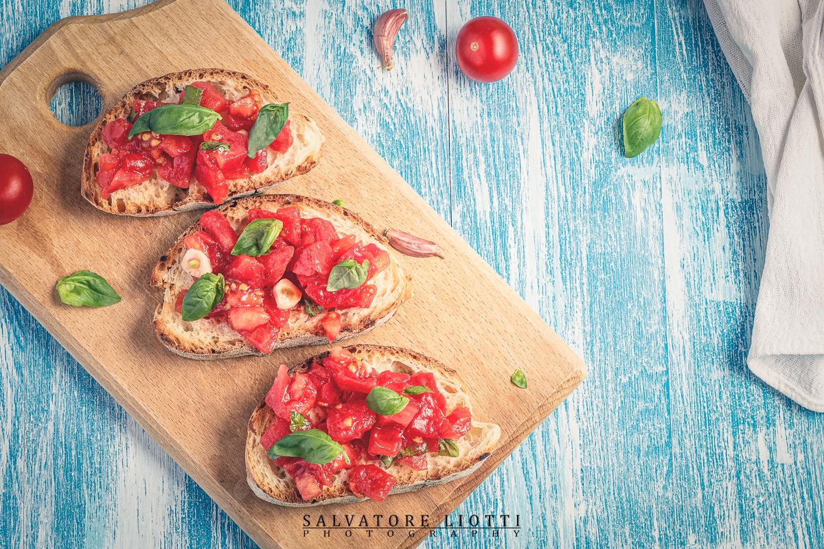 Bruschette con pomodori aglio e basilico
