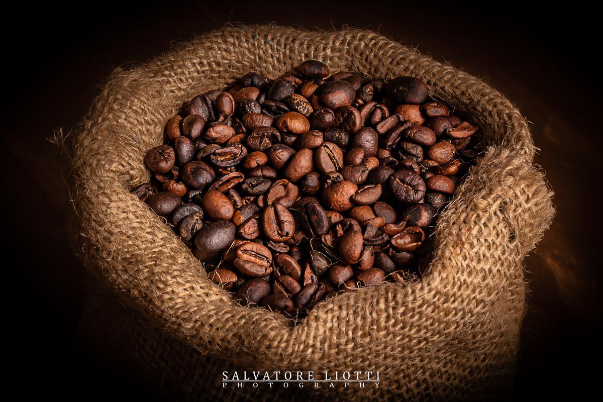 Chicchi di caffè dentro sacco di iuta