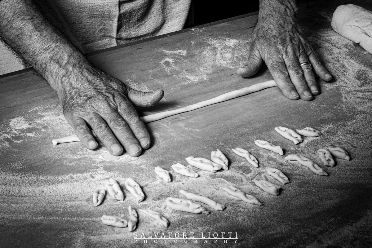 Mani che lavorano la pasta fresca