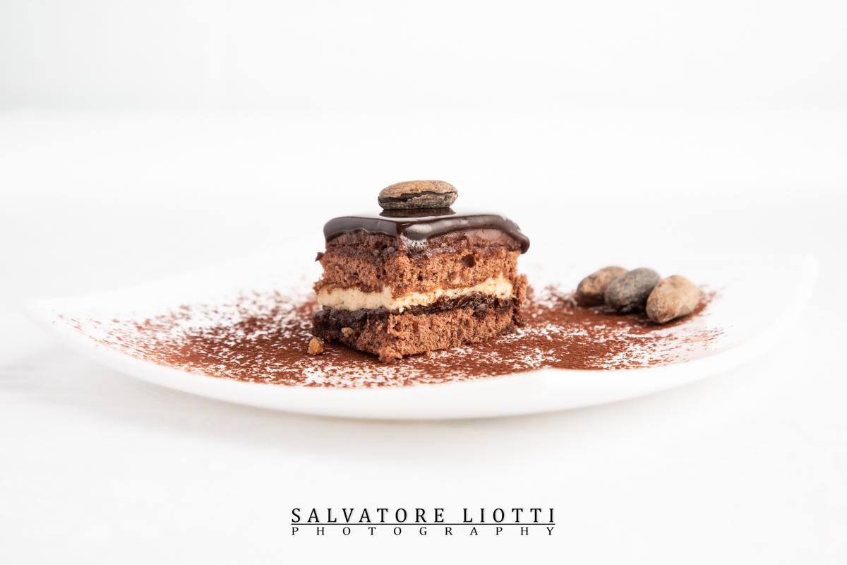 Pasticcino al cacao guarnito con fave di cacao